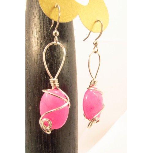 Boucles d'oreilles composées d'ovales de jade facetté, couleur rose.  Pendu à un crochet hypoallergique en acier inoxydable et montées avec un travail de fil d'acier inoxydable, ce modèle est très stylisé. . Bijoux cou de cœur artisanaux fabriqués au Qué