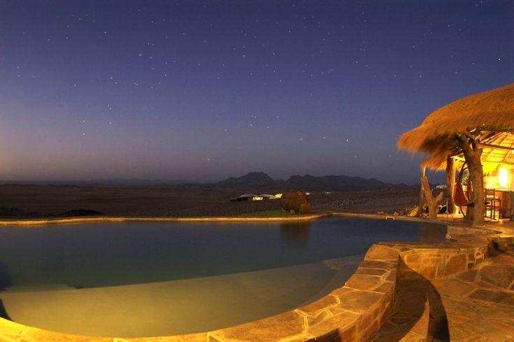 Sesriem es un pequeño asentamiento situado en el desierto de Namib , en Namibia , cerca del extremo sur de las Montañas de Naukluft