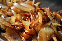 Gekarameliseerde uitjes, ze zijn zoveel lekkerder dan gewoon gebakken uitjes. OMF legt je uit, how to: uien karameliseren.