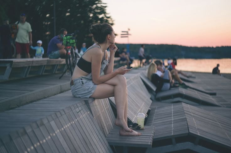 https://flic.kr/p/WDC7wn | A girl sitting at the lake in the city | Get more warm free photos on freestocks.org