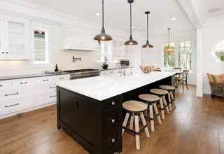 Come rimodernare la tua cucina senza spendere molto Se la tua cucina è un po' datata, con finiture di decenni fa e il piano di lavoro decisamente fuori moda, forse è arrivato il momento di rimodernarla un po'. Non è necessario sventrare l'intero spazi #arredamento #ristrutturazione #cucina