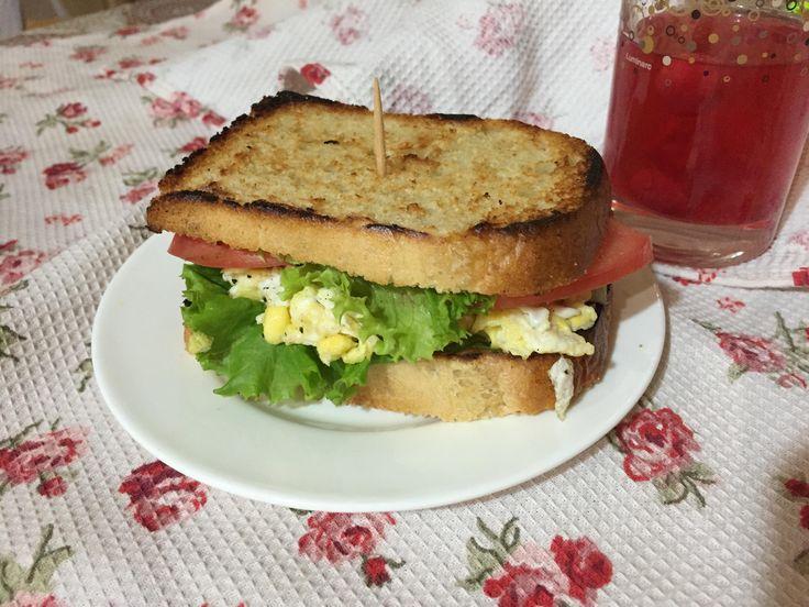Идея завтрака: сэндвич с ветчиной и омлетом Есть на завтрак яйца и ветчину — классический и любимый вариант. Но его можно освежить зеленью и необычной подачей, теперь всё это будет не на тарелке, а внутри сэндвича, который готовится 5 минут. Нарежьте толсто чиабатту или багет. Обжариваем в тостере до хорошей корочки. На сковороде делаем болтунью....