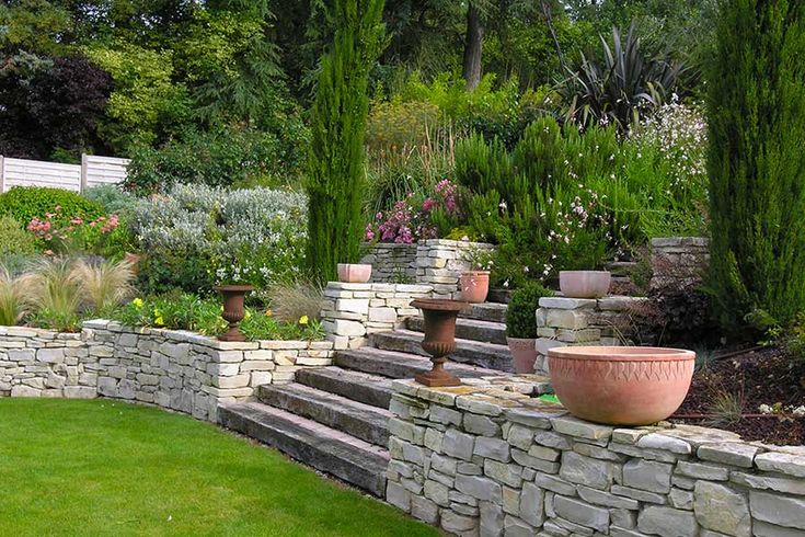 votre paysagiste am nage votre jardin d 39 un escalier en bois ceintur d 39 un muret en pierre 20. Black Bedroom Furniture Sets. Home Design Ideas