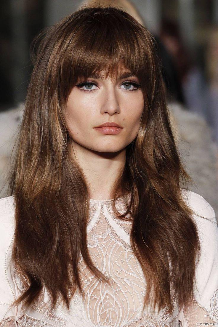 Vale lembrar que esse modelo de franja pode acentuar rostos redondos ou em formato de coração