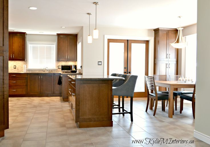 Open-layout-eating-nook-dining-area-and-kitchen-with-island-in-cherry-or-maple.-Travertine-tile-backsplash-and-Benjamin-Moore-Abalone-wall-colour.-Purple-inspired.jpg (2912×2053)