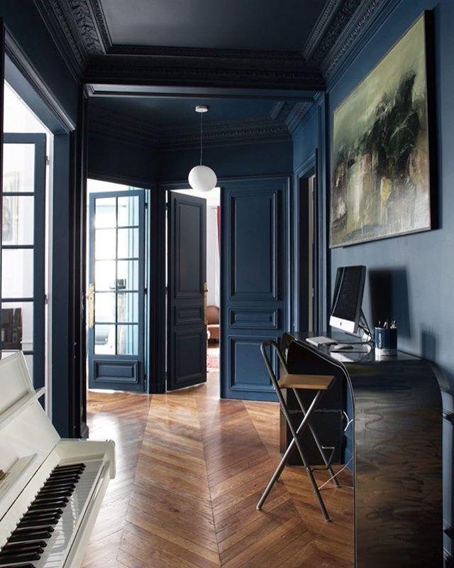 Темный потолок, насыщенный серо-синий цвет стен и натуральное дерево. Беспроигрышное сочетание #inspirationdaily