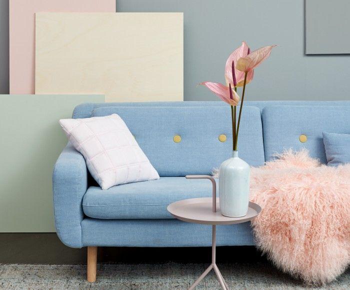FrostySoftness: De cosy fifties bank in pastelblauw met een contrastknoop in oker doet het goed tegen de strakke vlakken in pastelkleuren (TC15001 en TC15002), Pearl Metallic en grijs BC504). De roze accessoires en bloemen weerspiegelen de combinatie van koel & warm, design & comfort.