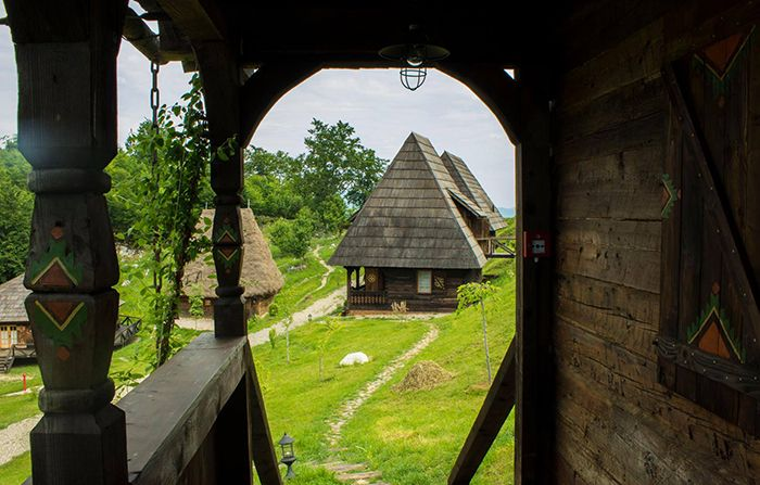 Raven's Nest - satul care te ascunde de zarva orașului și te cufundă în tradiții și obiceiuri aduse în prezent