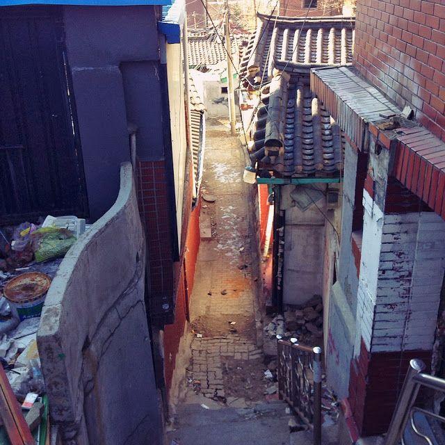 es muss sein! / 리셋 증후군에 걸린 도시 /  성곽길을 따라 걷다 어딘가 익숙한 느낌에 지도를 보니 지난해 5월에 답사를 왔었던 교남동이었다. 구역 전체에 공사가림막이 쳐져 있고, 연신 무언가 부수는 소리가 들렸다. 이렇게 한 구역이 한번에 지워지고 다시 쓰여지는게 2014년 우리들의 방식이라는 게 안타깝다. / 서울 종로 교남 / #골목 #비탈 폐허 / 2014 01 27 /