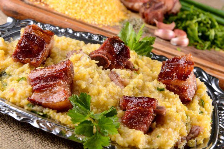 Mais conhecida como: quirera de milho com costelinha de porco, essaé uma das receita que minha mãe preparava em almoços de família, principalmente nos domingos. Hoje trouxe uma versão um pouco mai...