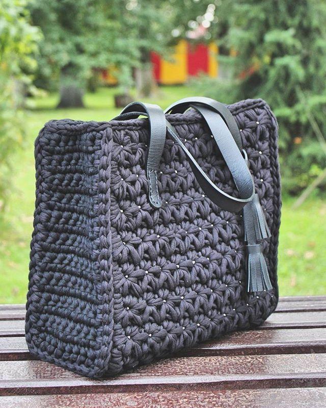 WEBSTA @riemarie.shop Классическая сумка для Татьяны  Стильный и изысканный аксессуар, отлично подойдёт - для творческих натур и ценителей прекрасного.  Основной материал - трикотажная пряжа;  Ручки и кисточки - натуральная кожа;  Декор - японский бисер MIYUKI;   Размеры: 30 (ш) × 28 (в) × 12 (г);   Внутри уплотнённое дно, подкладка в тон, пара кармашков. Закрывается  на молнию.  Цена подобной: 3800
