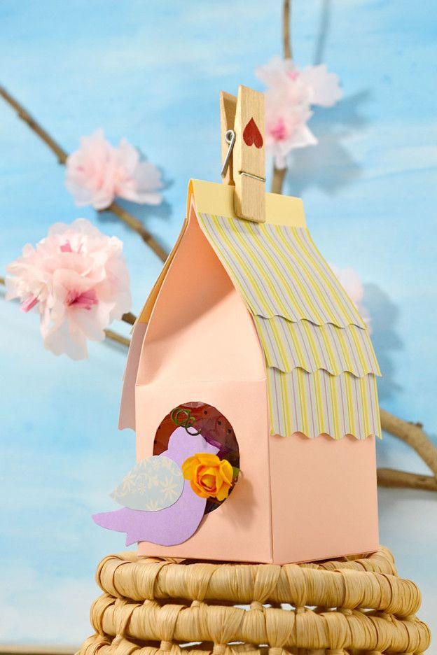 Una graziosa casetta di carta porta dolcetti, perfetta per ogni ricorrenza! Realizzarla è più semplice di quel che sembra! Nel blog troverete il mio video tutorial completo, per creare con facilità, una scatola regalo a forma di casetta! Vi aspetto! http://www.lafigurina.com/2015/04/tutorial-come-realizzare-una-casetta-di-carta-porta-ovette-di-pasqua/