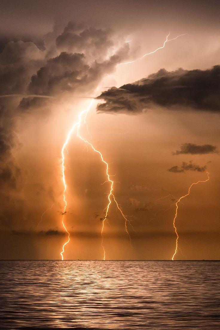 подходят фото молнии венесуэла этой картине