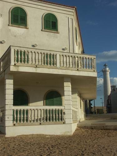 La villetta di Montalbano, che nei romanzi e nella fiction si trova a Marinella, in realtà è situata a Punta Secca (RG) http://www.malosapevateche.com/a-casa-di-montalbano/ #montalbano #sicilia #davedere