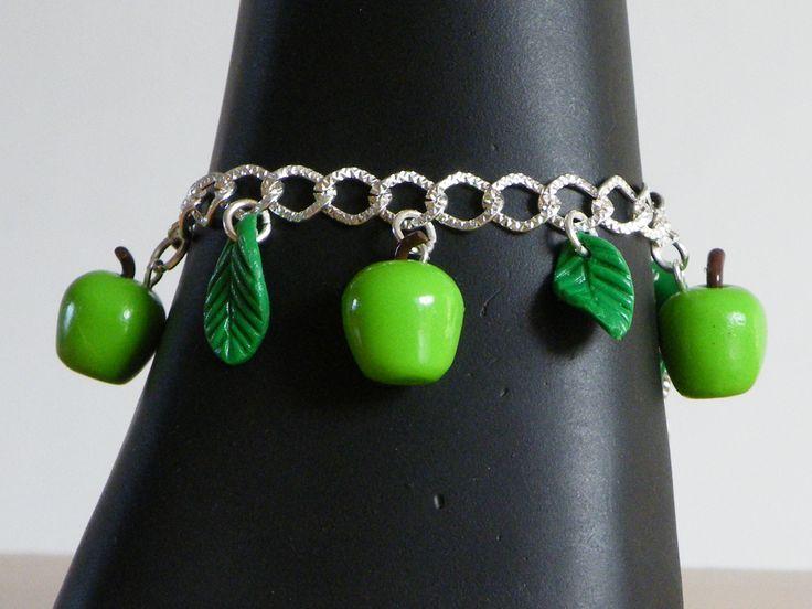 Bracelet chaîne argenté et ces breloques pomme : Bracelet par jl-bijoux-creation