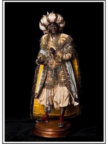 Rey Mago Baltasar. Estas figuras son piezas únicas que al estar hechas a mano, nunca en serie, ninguna sera igual a la otra,pero si conservaran los mismos rasgos y estilo, al igual que las ropas ya que estas se deben a la disponibilidad de las mismas.