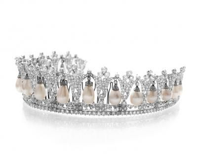 The tiara is most likely from 1825, when it was donated to Princess Louise of the Netherlands, the Queen's great-grandmother. The tiara is part of a set, considered to be among the most prestigious pices of jewelry in the Danish royal family's possession.