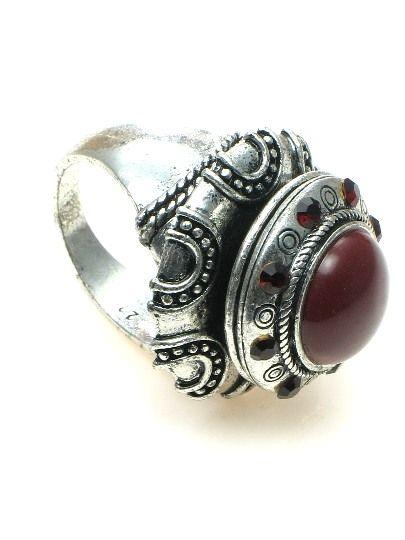 Zilverkleurige ring met rode inleg en rode strass (21 mm) €4,95