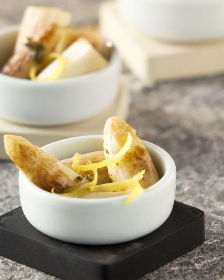Puur natuur en super eenvoudig: gebakken asperges. Bak dit wit goud kort aan in de pan en serveer met wat citroen en peterselie. Meer hoeft dat niet te zijn!