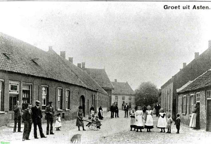 0210133 Coll. Chr. Warnar 1910. Emmastraat. 4de van rechts is Net van de Boomen. Links daarvan Zus Miet en Sien. In Asten vruger staat meer over deze foto blz. 23.