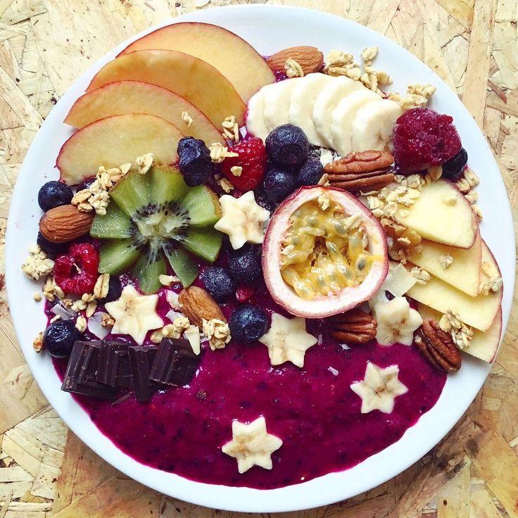 Wow!! Diese Smoothie Schüssel sieht so lecker aus dass es fast zu schade ist sie zu essen - ein echtes Früchte-Kunstwerk!  Habt ihr auch schon mal sowas gezaubert? #GesundesFrühstück #GesunderSnack #Smoothie