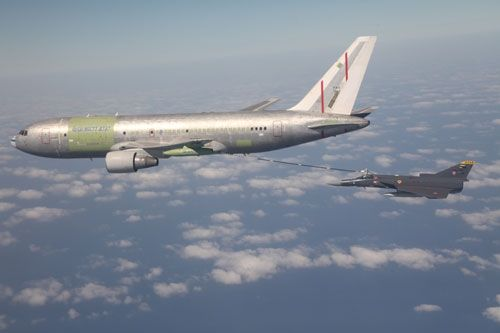 """Yochai Mossi refueling trials with IAI Kfir C7 of Colombian Air Force. Brasilia, after a long delay, the Brazilian government has allocated the budget for the purchase of three tankers IAI 767-300 MMTT. Conversions will be made by Israel Aerospace Industries. Reminder: IAI has been selected for the contract in 2013 as part of the KC-X2 replacement program KC-137 tanker current """"Stratoliner"""", the Brazilian Air Force (FAB). Brazil chose the concept of Israel Aerospace Industries (IAI) B767-300…"""