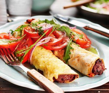 Detta mexikanska recept är enkelt och otroligt gott. Enchiladas med köttfärs består av tortillabröd som fylls med chilikryddad köttfärs och gratinerats med ost. Perfekt till picknicken eller att avnjutas direkt.
