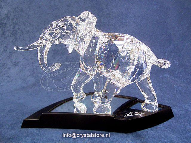 Dit pronkstuk van Swarovski is de vijfde van de genummerde edities, totaal zijn er 10.000 gemaakt wereldwijd. Met een lasergravering is het nummer aangebracht.Wordt geleverd met een gesigneerde zwart houten display met spiegel.
