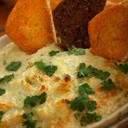 Vis met champignons, ui en kaassaus, uit de oven