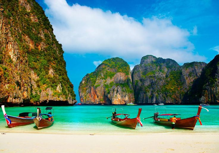 Maya Bay på Koh Phi Phi er helt fantastisk smuk og omgivet af kæmpemæssige kalkstensklipper.
