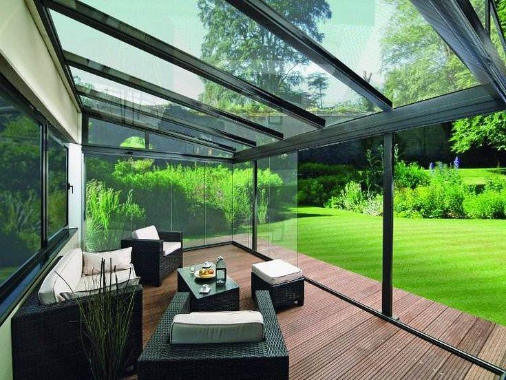 baie vitrée pour la terrasse, plancher en bois composite et mobilier de jardine en résine tressée