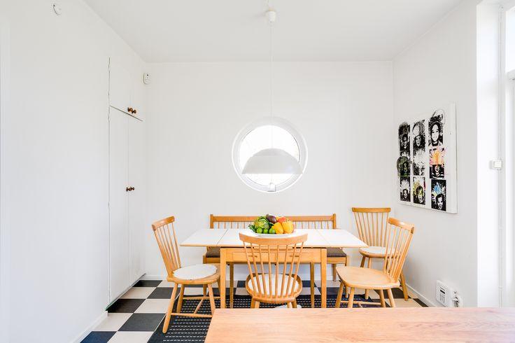 Här har man öppnat upp hembiträdets rum och satt in ett runt fönster i det som nu är kökets matplats och tvättstället här har ersatts av ett inbyggt skåp.