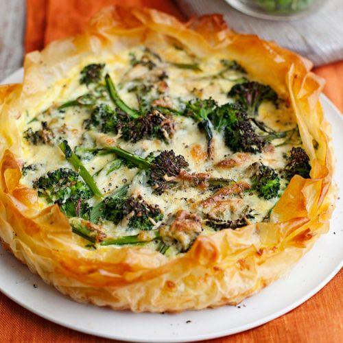 Deze hartige taart met broccoli en ham is heerlijk als lunchgerecht. Of serveer hem als hoofdgerecht met een groene salade.    1 Verwarm de oven voor op 180 ºC. Smelt de boter in een pan en fruit de prei en het sjalotje met de helft van de tijmblaadjes...