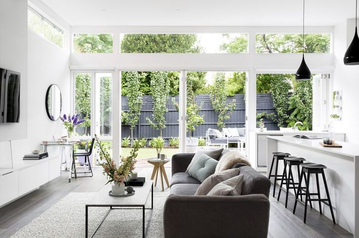 Stylist, Julia Treuel of Show Pony Interiors, has applied cool tones and a classic aesthetic to create a little slice of Hamptons magic in metro Melbourne.