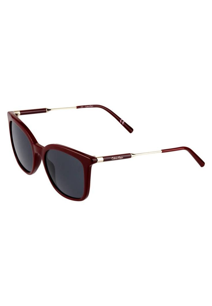 Calvin Klein. Occhiali da sole - bordeaux . #occhialidasole #sunglasses #zalandoIT #fashion #moda Portaocchiali:Custodia rigida. Forma occhiali:Farfalla. Protezione UV:Sì. Astine:14.0 cm nella taglia 53. Ponte:1.9 cm nella taglia 53. Larghezza:14 cm nella taglia 53. Fantasia:monocromo