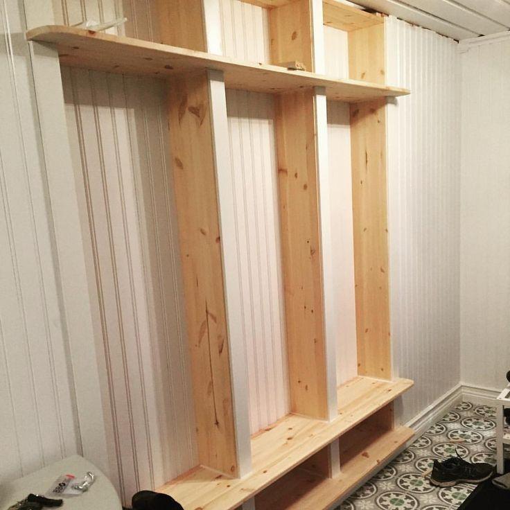 Färdigt för målaren att ta vid;) lite krokar, korgar etc. så börjar hallen/entrén på att bli klar 🙏🏼 #nybygge #lösvirke #pärlspont #vitthem #lantligt #bygganytthus #villalindfors #marockanskt #apotekarns