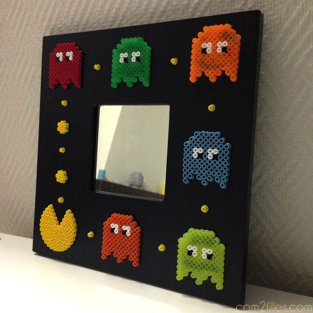 Un DIY très geek et surtout très simple à reproduire ! Un miroir pac-man avec des pac-gommes, le tout en perles hama, collé sur un miroir ikea !