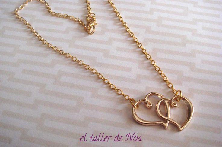 Colgante en dorado con doble corazón entrelazado ref. pcp16007 de la Col. Petit Collier. Sencillo y elegante. Ahora con el 20% dto.!!! www.eltallerdenoa.com #bisutería #bijuteria #jewelry #gargantilla #collaret #chocker #colgante #penjoll #pendan #dorado #daurat #gold #hechoamano #fetama #handmade #bisuteríafina #joieriafina #finejewelry #joyas #joies #jewels #joyería #joieria #cadena #chain #corazón #cor…