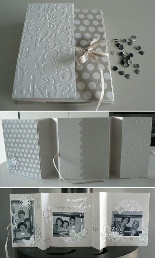 Mini-album accordéon à poser en blanc et gris pour un résultat très chic. Un jeu de pliage tout simple qui permet au mini de tenir en position verticale.