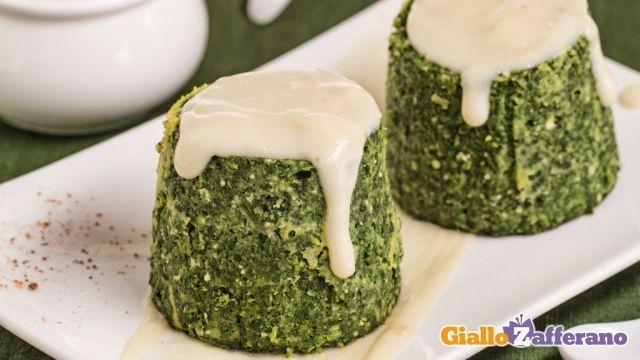 Gli sformatini di spinaci sono delicati e squisiti antipasti, serviti insieme ad una gustosa crema al parmigiano che ne esalta il sapore.