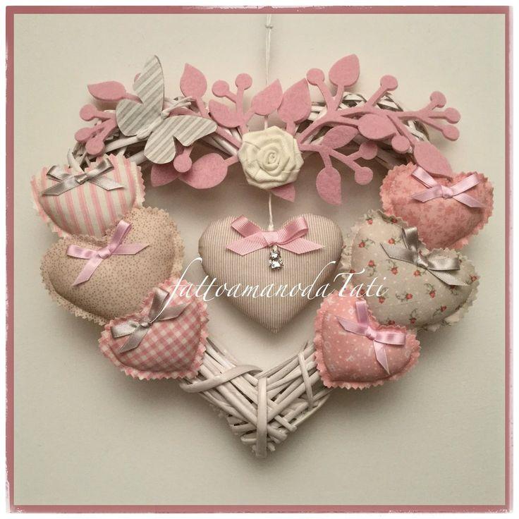 Fiocco nascita 8 cuori in vimini con rosa,farfalla e cuori imbottiti sui toni…