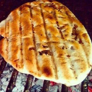 Receta: Tortillas Santiagueñas de @LaGuerrillaFood  1 kilo de grasa de pella (van a la carnicería y compran la grasa, o separan la grasa de limpiar el asado antes de cocinarlo)  500gr harina 000  200cc agua caliente (no hirviendo pero tampoco fría)  3 cucharaditas tamaño té de sal    1º - Colocar la grasa en