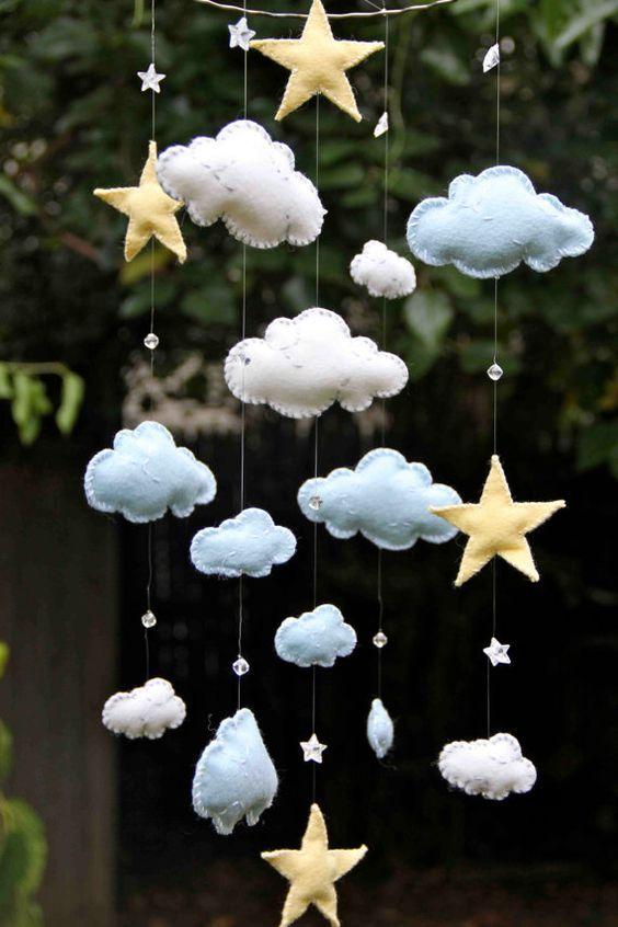 Blaue und weiße Filzwolken mit gelben Sternen und Swarovski-Kristallen