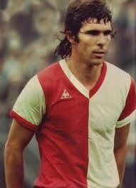 Willem van Hanegem ('De Kromme'). Feyenoord middenvelder uit de jaren '70 en '80. Een van de beste spelers ooit bij Feyenoord. Unieke voetballer en persoonlijkheid.