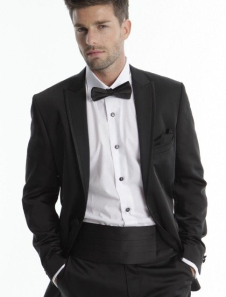 Costumul Beta Everest din colectia Adimo Paris 2013 este unul elegant, cu un croi deosebit, modern, ce aduce mult cu un smocking, doar cu catve elemente moderniste. Costumul contine sacou, pantaloni, camasa, papio, brau si batista de sacou.  Culori disponibile: marron, noir, gris