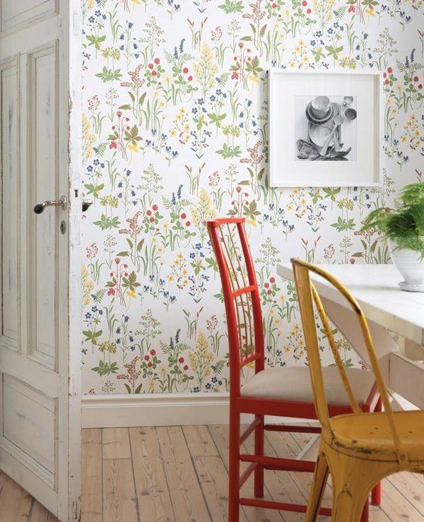 küche wandgestaltung tapete florales muster farbige stühle