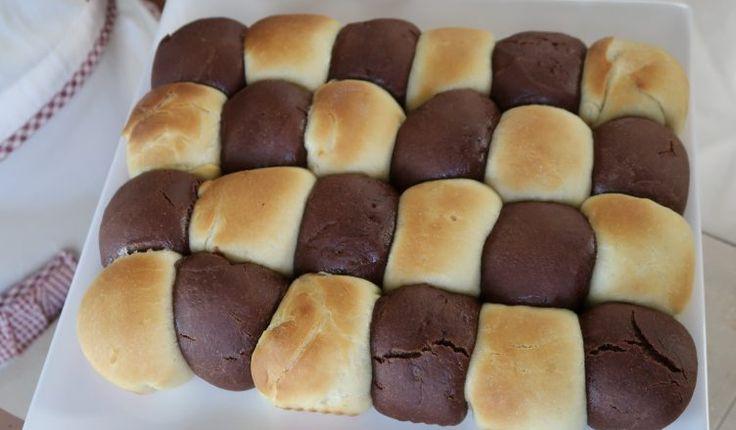 Il danubio dolce bicolore ricetta facile, un dolce da forno ripieno al cioccolato. Un impasto soffice con ripieno di cioccolato bianco e fondente.