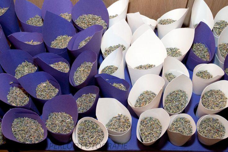 Lavendel in zakjes om te strooien na de trouwceremonie - prachtigeplannen.nl Foto: Harry van Aperloo