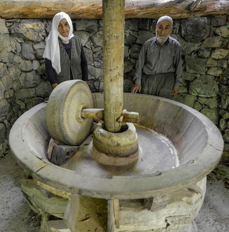 """İki Asırlık Değirmenin Son Ustaları Uluslararası Sakin Şehirler Birliği tarafından Türkiye'de 11. """"sakin şehir"""" seçilen Uzundere'deki iki asırlık değirmen, Aksu ailesince işletiliyor. Değirmeni, üçüncü kuşak olarak 83 yaşındaki İbrahim ve eşi Zeynep Aksu çalıştırıyor."""