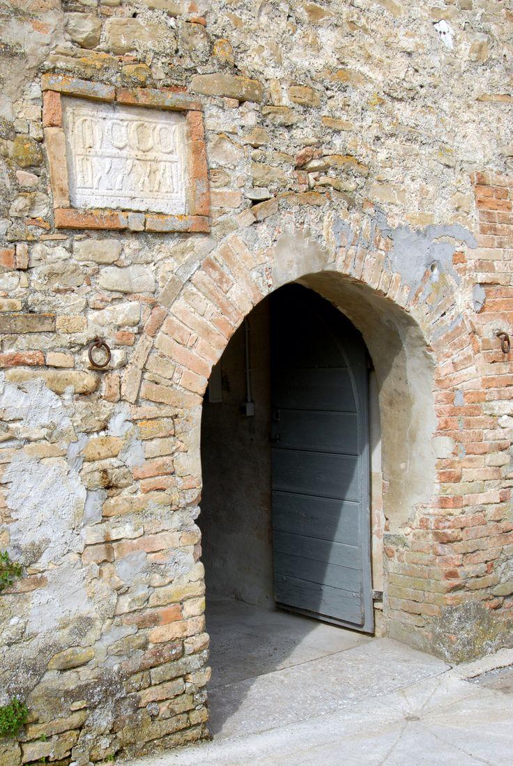 Mulino Rastrelli, entrata con la targa in cotto del 1392. #marcafermana #santavittoriainmatenano #fermo #marche